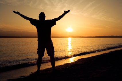 man_on_beach_praising_God_